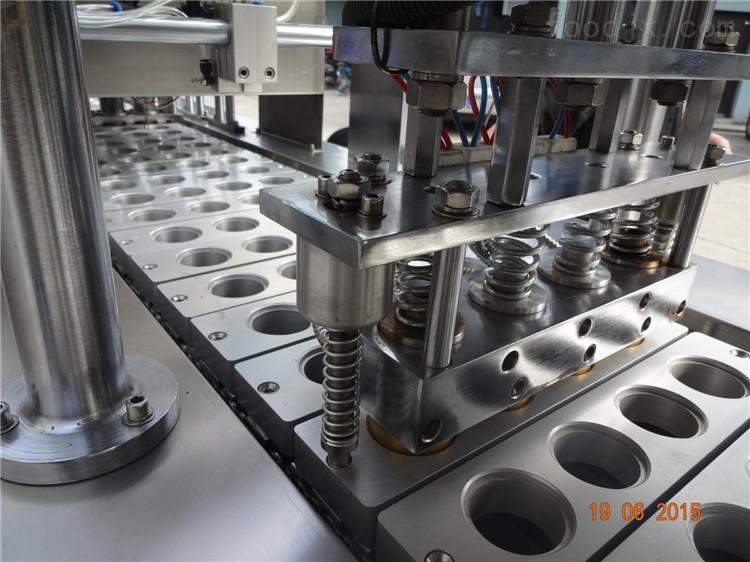 上海标赞BZ杯盒灌装封口机全自动灌装,采用不锈钢制造,适用于各种形状的塑料杯盒的液体灌装封口。主要适用于灌装各种液态及物料如:果冻酸奶果汁调味品酱料豆奶等。 设备以送杯---灌装---封口膜光电定位---热封---切膜---收膜及退杯均实现了全过程自动化。还可以根据客户的不同要求更改或增加其他功能,如:果粒充填连接CIP清洗自动液位控制吹气+吸尘真空+充氮气套盖空气净化打码式或喷码退杯输送PLC控制系统机械手吸盖。 技术参数: